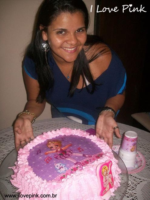 festa de aniversário com bolo cor de rosa