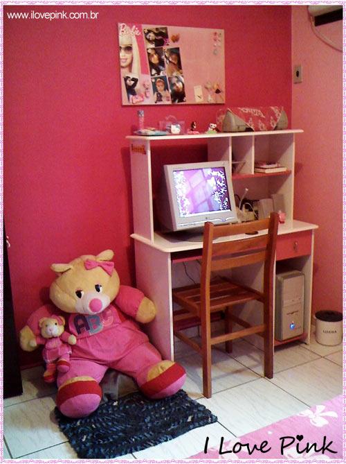 I Love Pink - Meu Quarto Cor de Rosa: Bruna - parede pink com escrivaninha e computador, ursinho de pelúcia