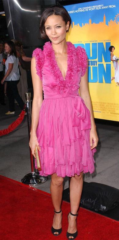 Batalha de Look cor de rosa - Thandie Newton