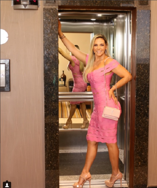 Carla Perez usa vestido rosa