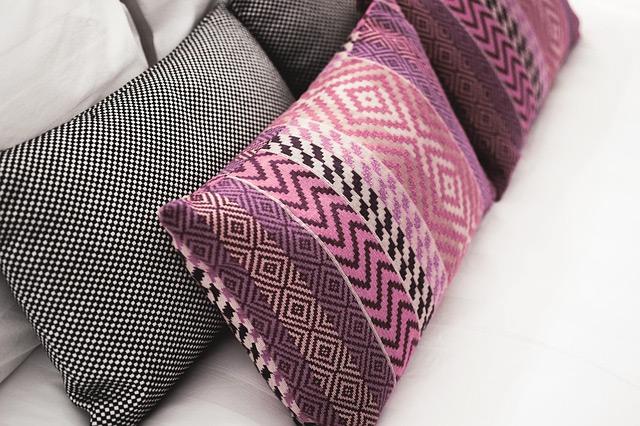 Como decorar sofá com manta e almofadas?