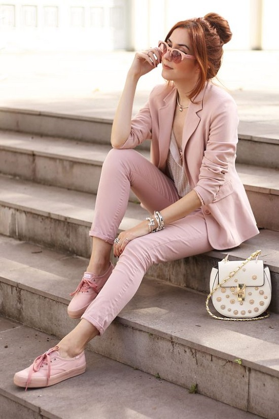Tênis cor de rosa para deixar o look mais feminino