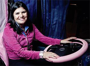 Marta Ribeiro e seu ônibus cor de rosa