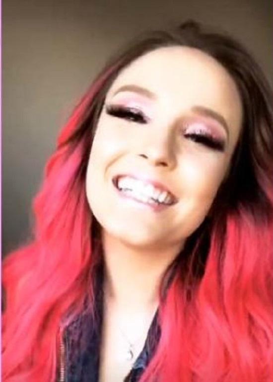 Larissa Manoela está com cabelo rosa