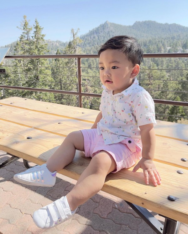 Bebê menino de cor rosa
